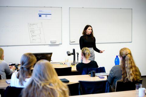 Maria Hodosiová představuje AT&T a jejich pozice na Kariérním workshopu 2017